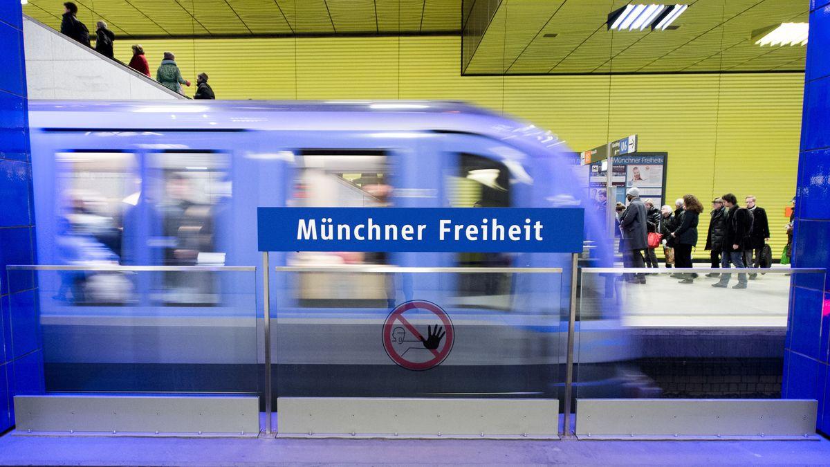 Eine U-Bahn fährt in München durch die Station Münchner Freiheit