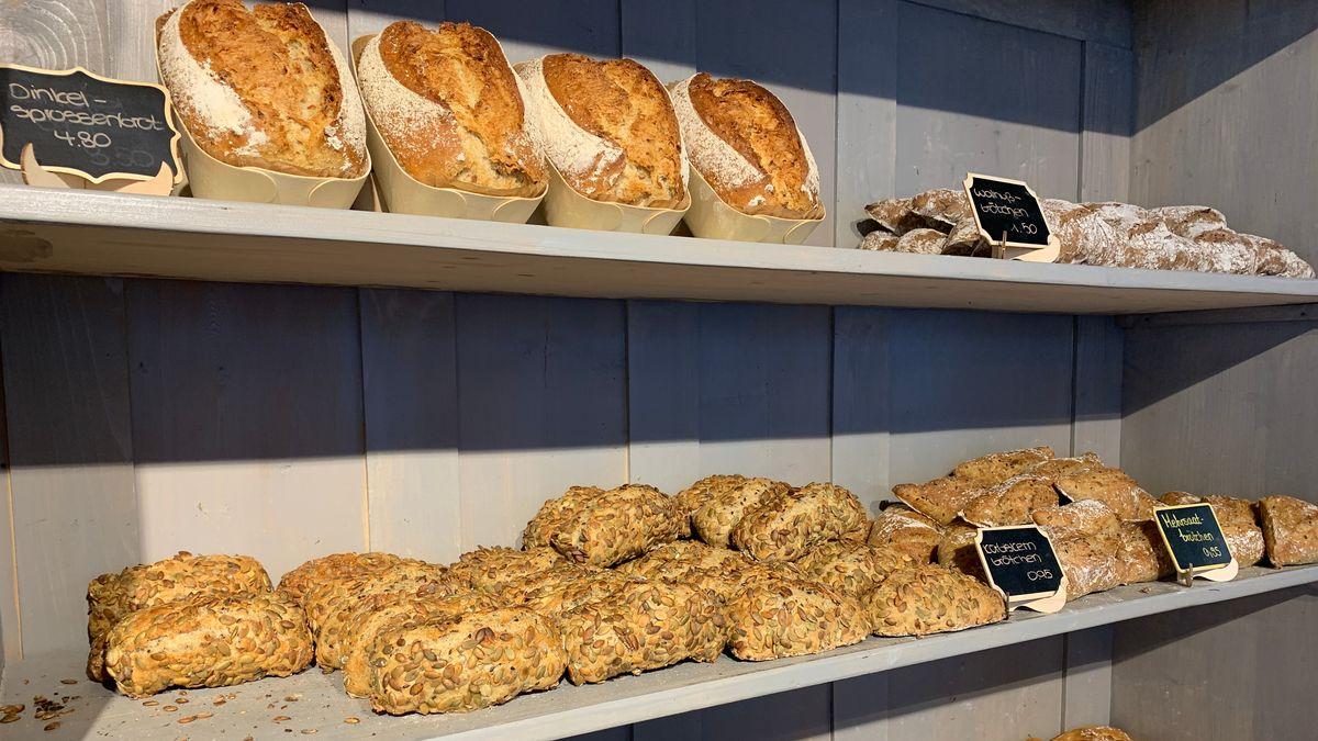 Frisch gebackenes Brot und Brötchen in der Auslage