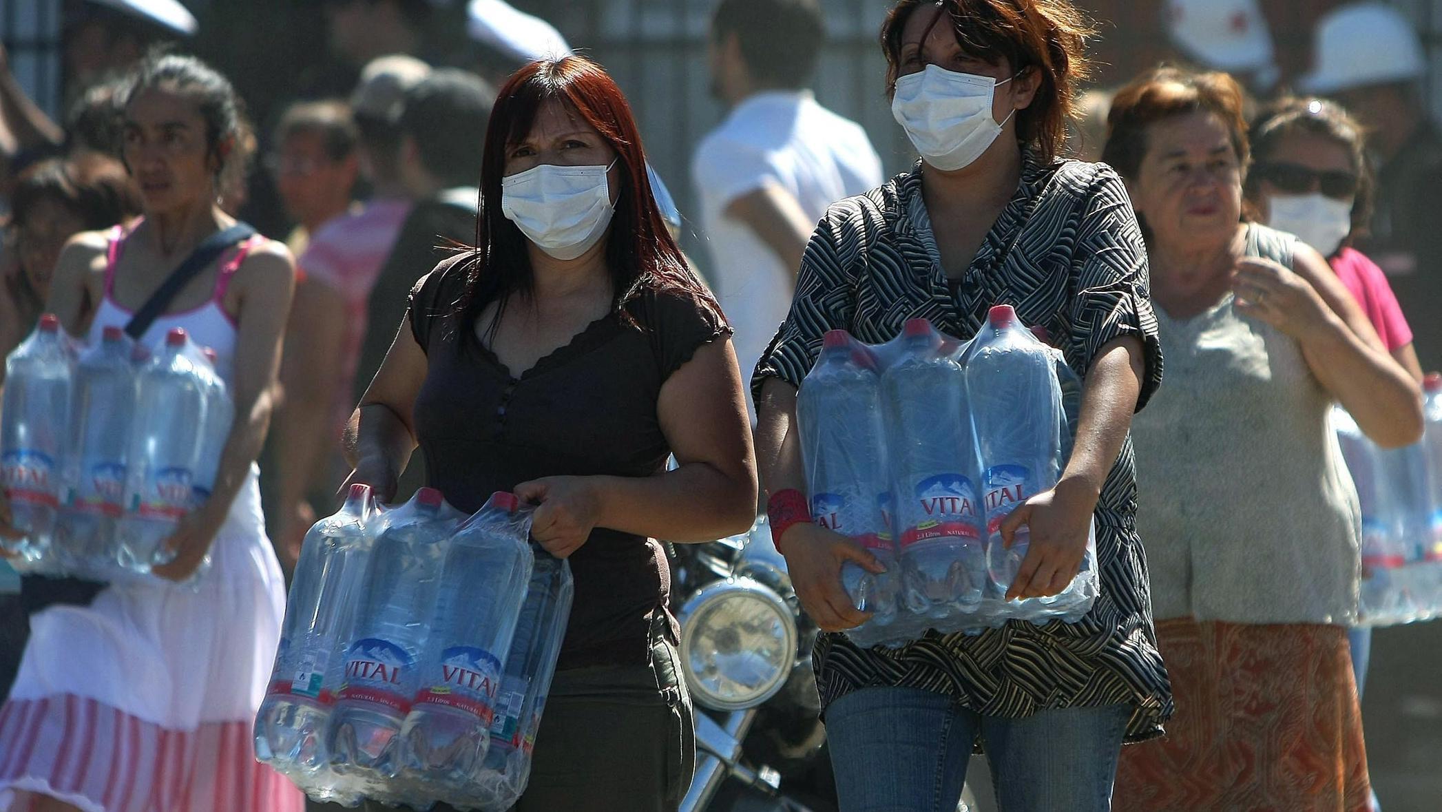 Frauen in Chile tragen Wasserflaschen