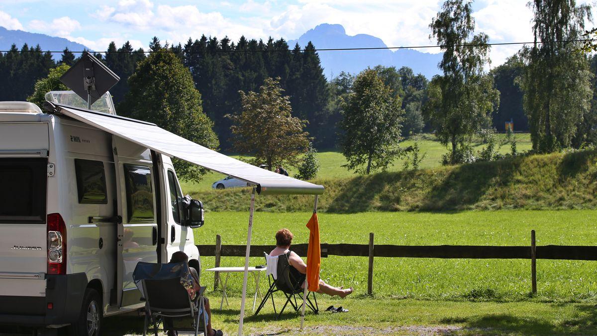 Urlauber auf einem Campingplatz in Bayern