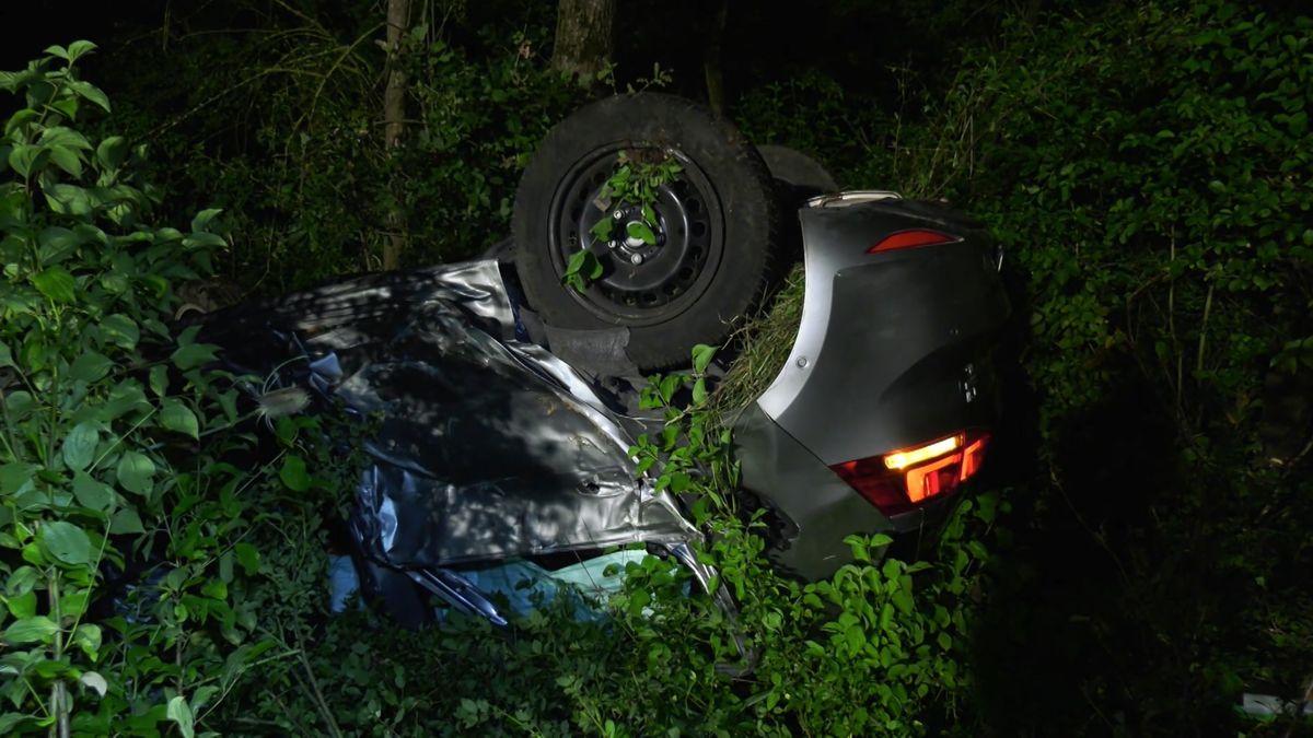 Das verunfallte Auto liegt in einer Böschung