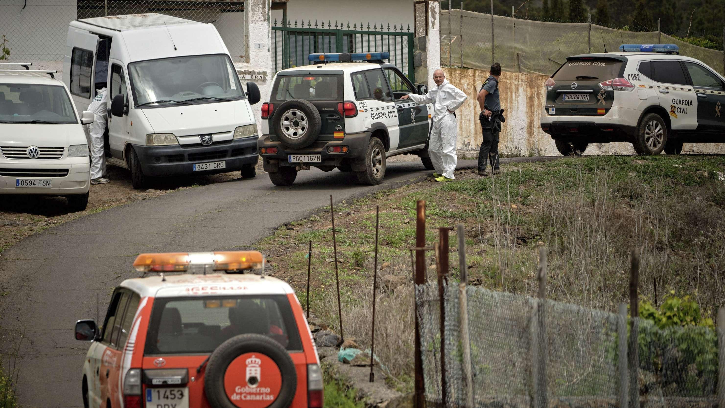 Spanien, Santa Cruz de Tenerife: Polizisten und Mitglieder der Guardia Civil stehen bei einer Suchaktion in einer Straße, die zu einer Höhle führt. Eine als vermisst gemeldete Deutsche Frau und ihr Sohn wurden in der Höhle nahe der Gemeinde Adeje tot gefunden.