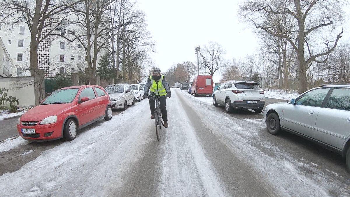 Augsburgs Polizeipräsident Michael Schwald auf dem Fahrrad