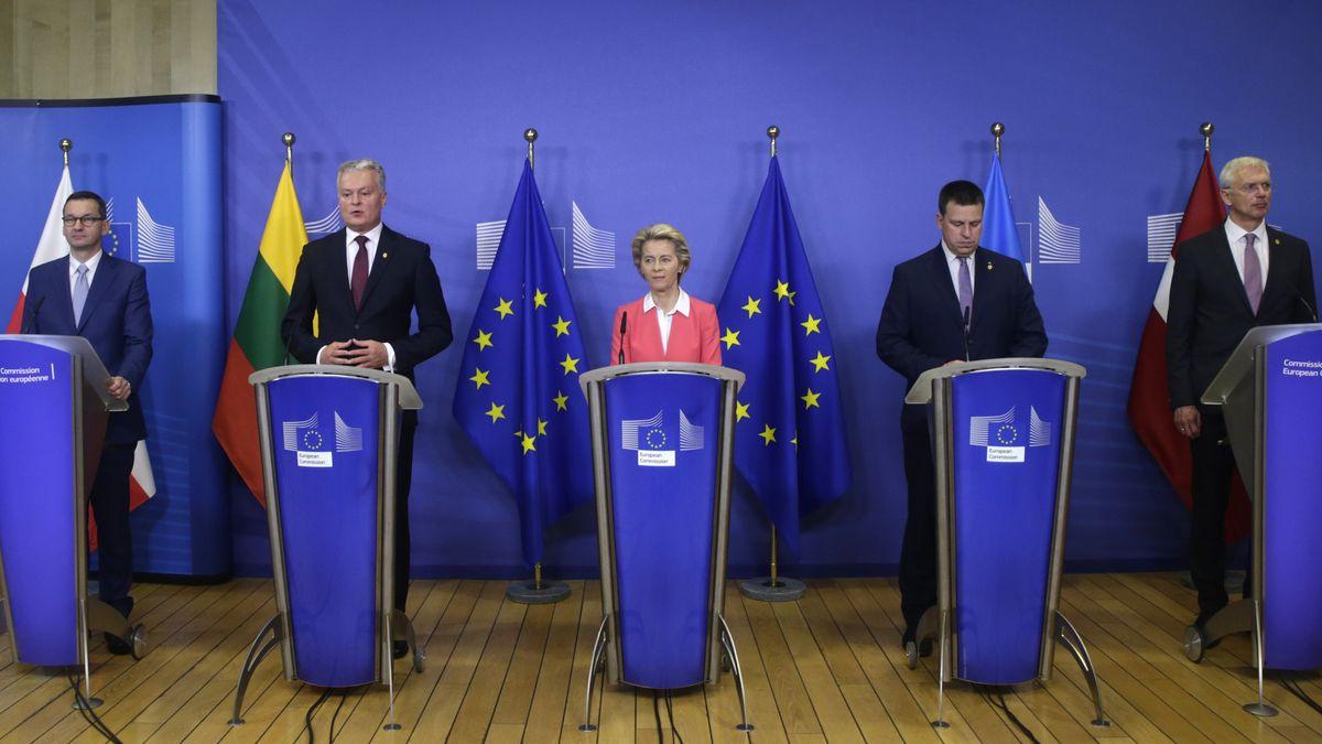 Mateusz Morawiecki (l-r), Premierminister von Polen, Gitanas Nauseda, Präsident von Litauen, Ursula von der Leyen, Präsidentin der Europäischen Kommission, Juri Ratas Premierminister von Estland und Krisjanis Karins Premierminister von Lettland, nehmen an einer Pressekonferenz im EU-Hauptquartier teil.