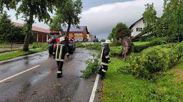 Feuerwehr räumt Straßen frei | Bild:Martin Breitkopf/BR