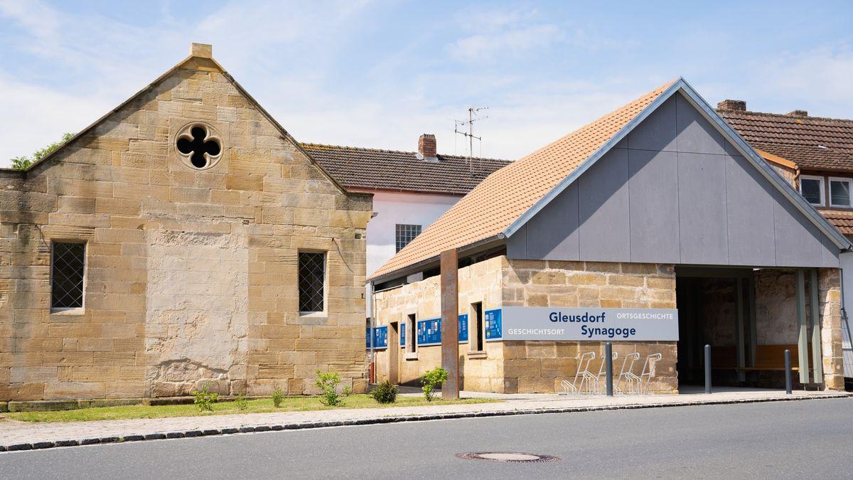 Ein Schild weist auf die ehemalige Synagoge Gleusdorfs hin.