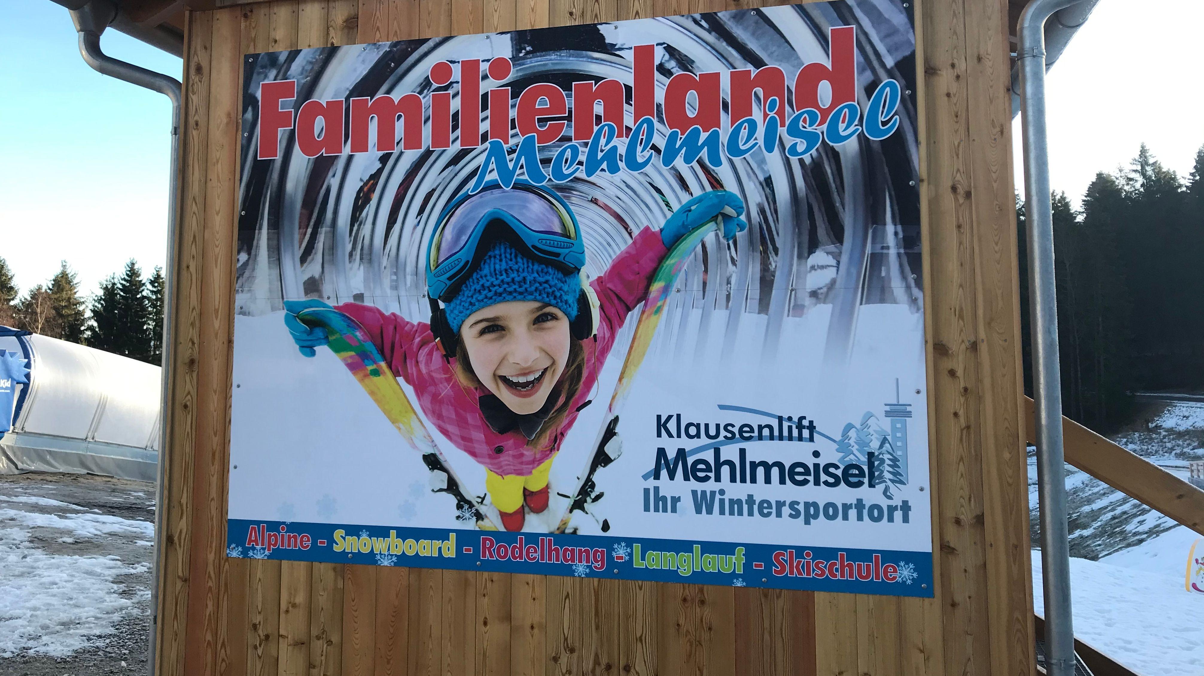 Ein Plakat mit einem Kind im Schnee weist auf das Familienland Mehlmeisel hin.