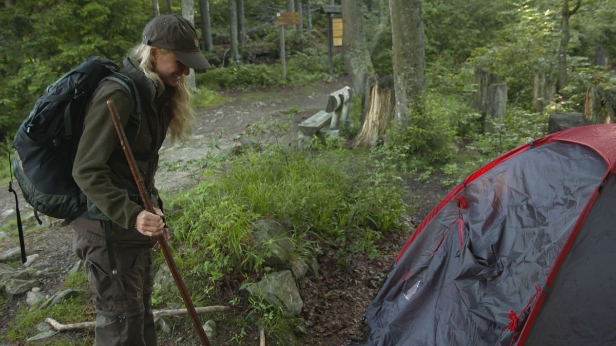 Die Rangerin Alena Lettenmaier entdeckt Wildcamper nahe des Rachelsees.