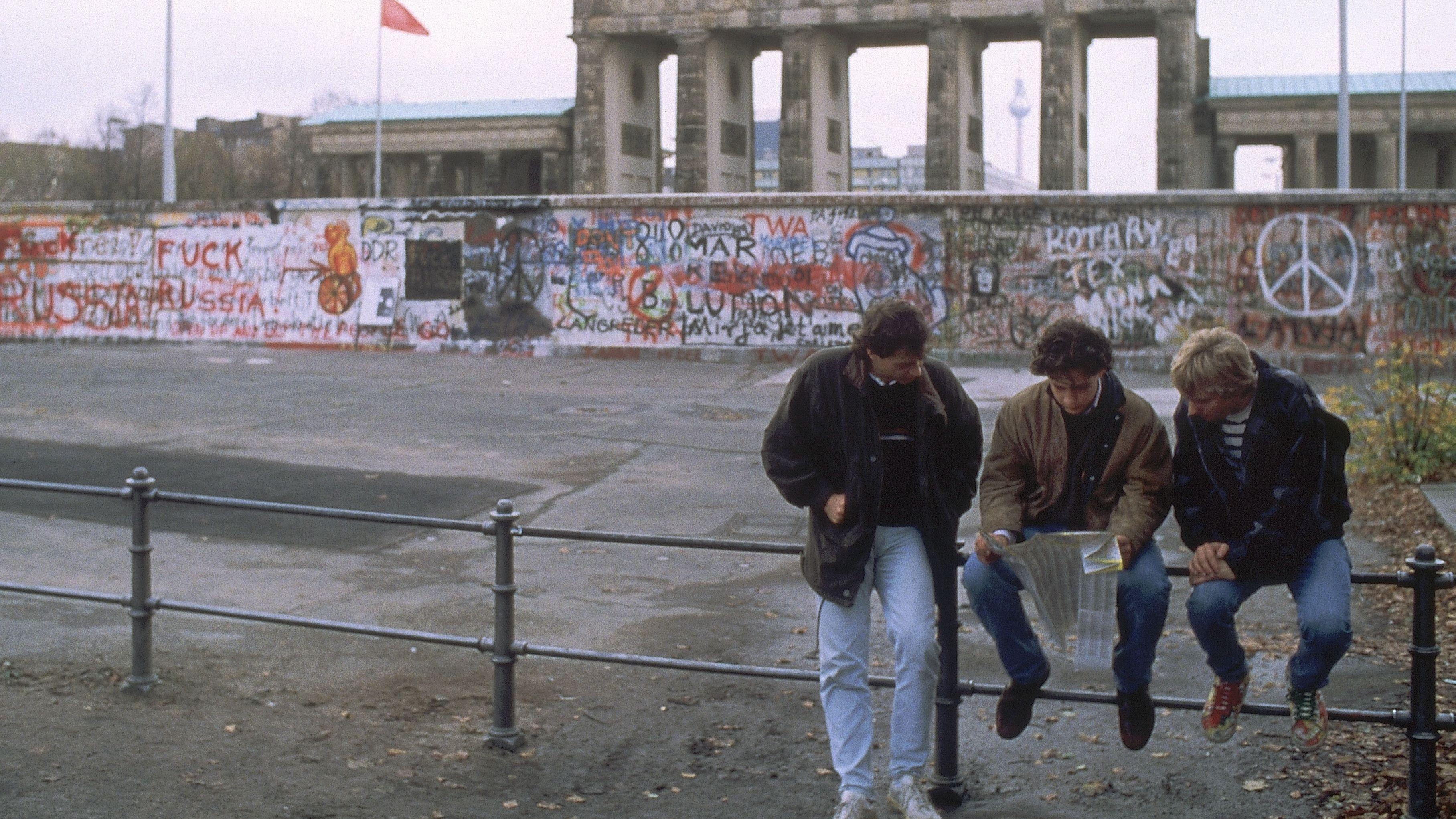 Westdeutsche Touristen vor dem Brandenburger Tor
