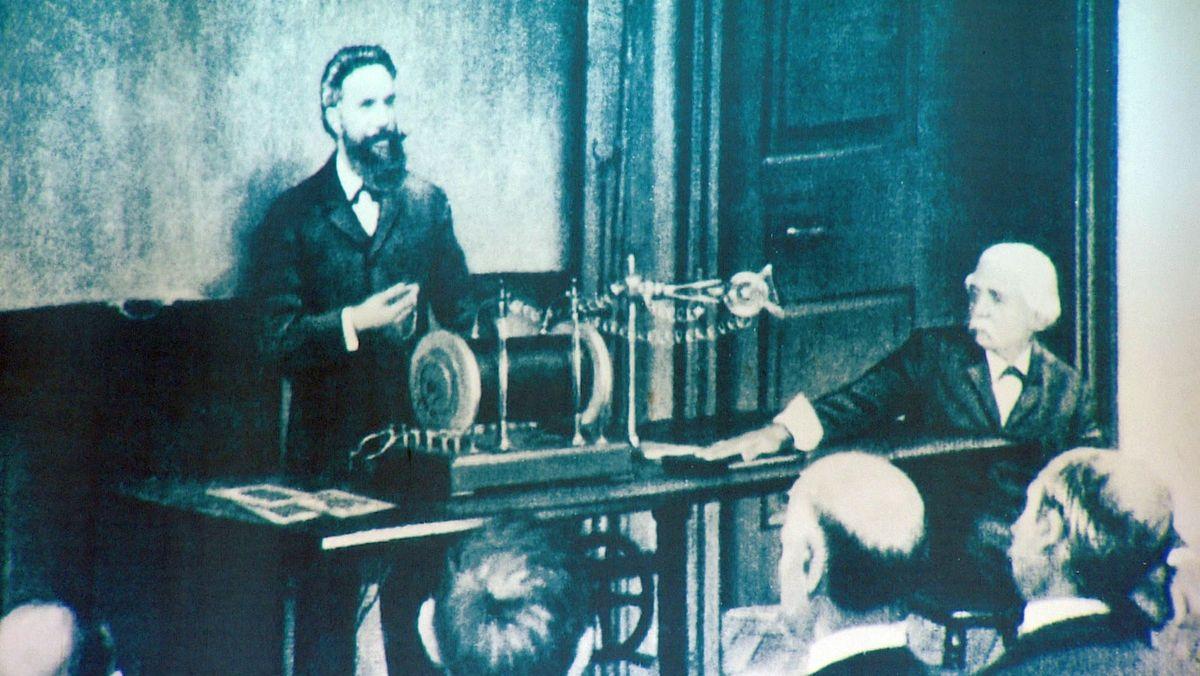 Wilhelm Conrad Röntgen bei einer Vorlesung über die von ihm entdeckten Strahlen
