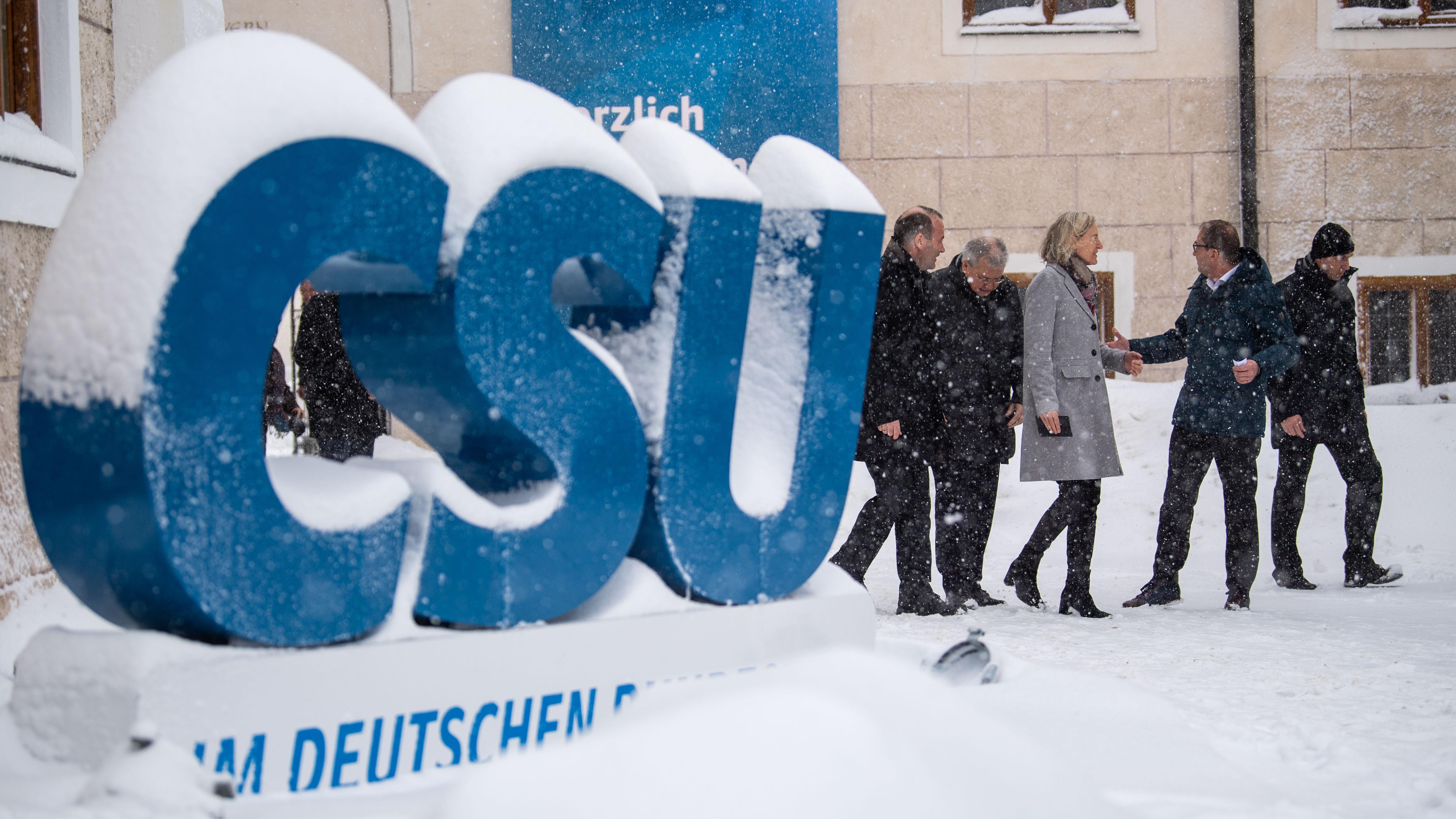 Landesgruppenchef, Manfred Weber (CSU)(l.), Fraktionsvorsitzender der Europäischen Volkspartei (EVP), und Angelika Niebler (M), Vorsitzende der CSU-Europagruppe im Europäischen Parlament, gehen während der Winterklausur der CSU-Landesgruppe im Bundestag im Kloster Seeon im Schneetreiben zu einem Pressetermin.