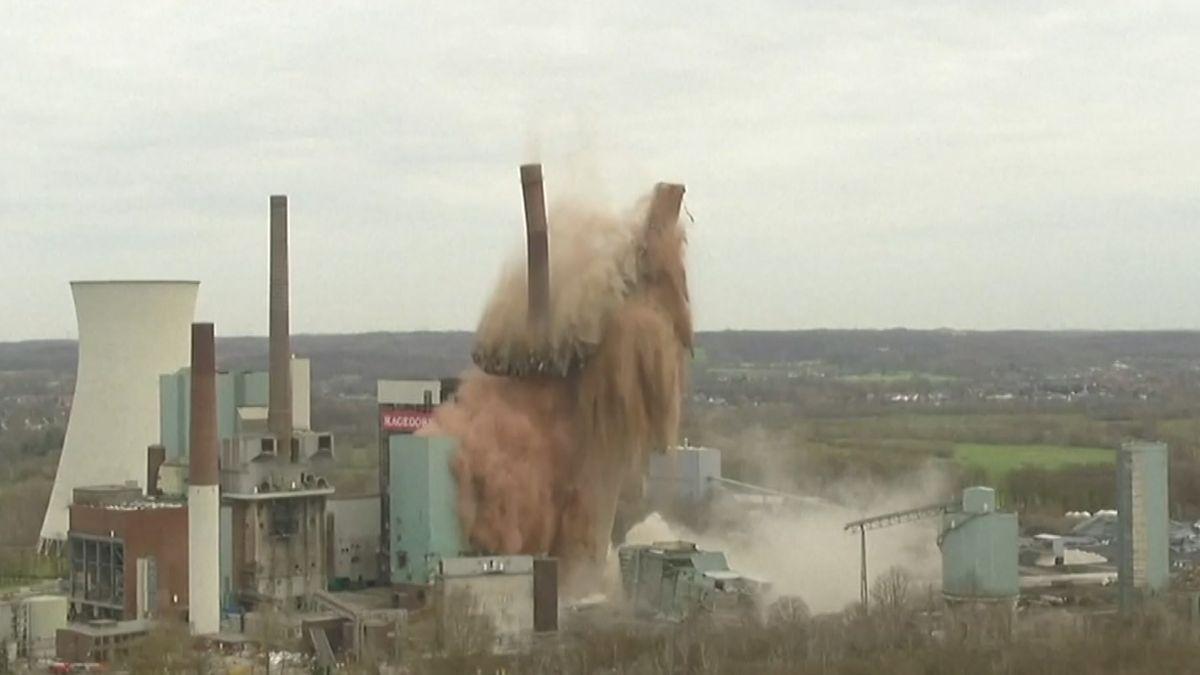 Ein 250 Meter hoher Schornstein des Kohlekraftwerks Lünen wird gesprengt und fällt in einer Staubwolke in sich zusammmen