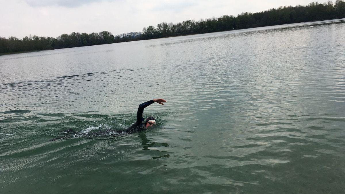 Schwimmer trainiert im See.
