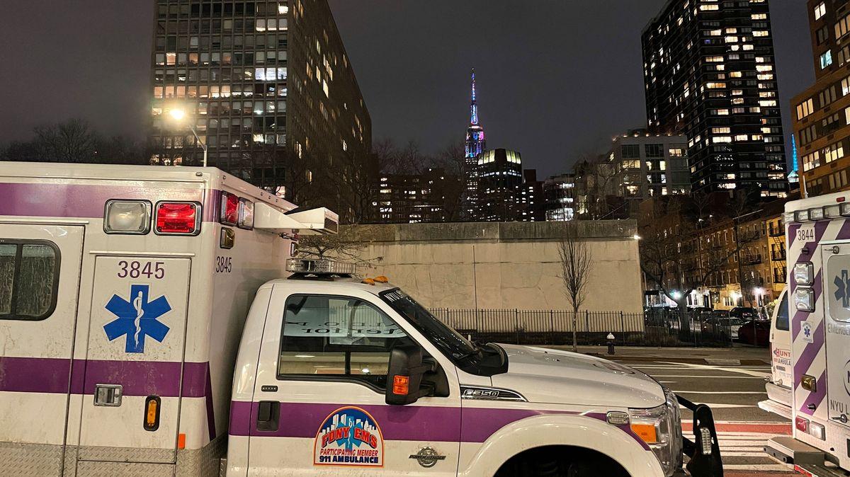 Krankenwagen stehen in einer Schlange an und warten in New York
