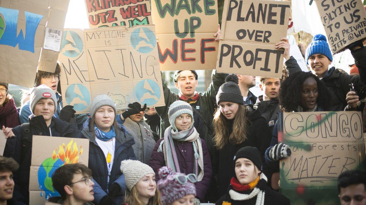 Die Klimaaktivistinnen Greta Thunberg (2. Reihe, M) und Luisa Neubauer (2. Reihe, 2.v.r) beim Weltwirtschaftsforum in Davos.