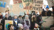 Die Klimaaktivistinnen Greta Thunberg (2. Reihe, M) und Luisa Neubauer (2. Reihe, 2.v.r) beim Weltwirtschaftsforum in Davos. | Bild:dpa/Gian Ehrenzeller/KEYSTONE