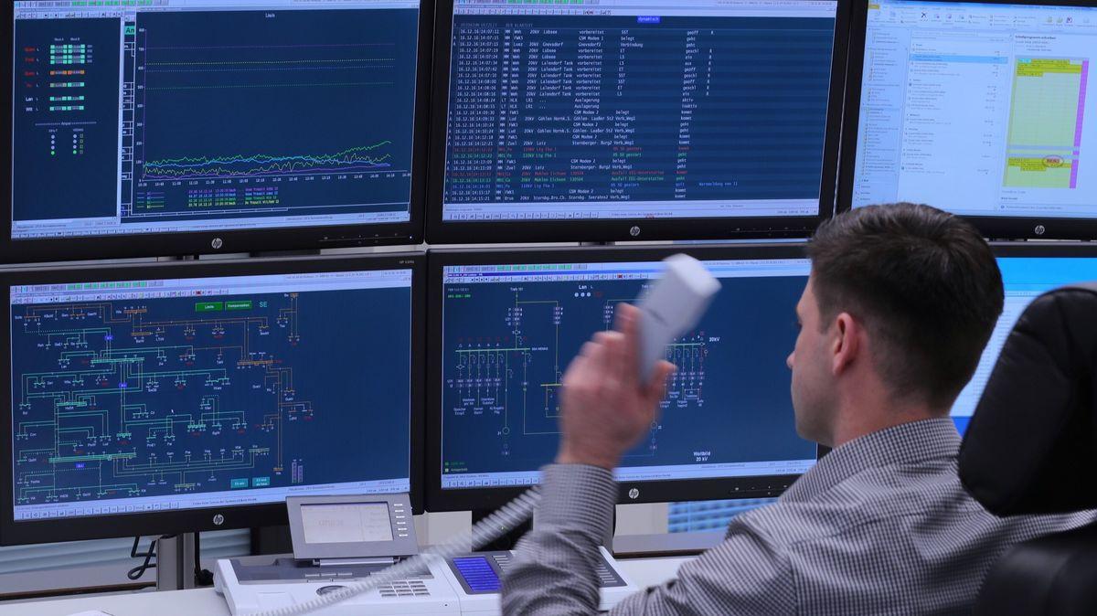 Von solchen Leitständen aus managen die Mitarbeiter des Bayernwerks die Netze. Eine zusätzliche Netzleitstelle soll für mehr Sicherheit sorgen.