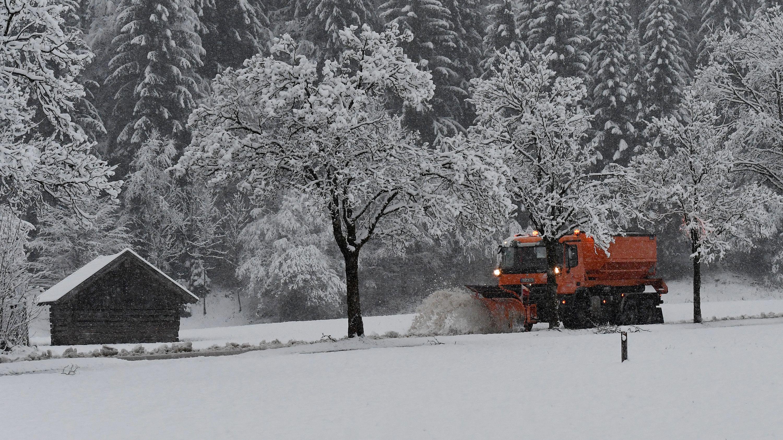 Garmisch-Partenkirchen: Ein Räumfahrzeug ist in den winterlichen Straßen unterwegs.