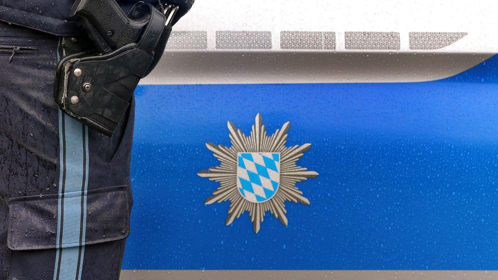 Symbolbild: Polizist und Polizeifahrzeug in Bayern | Bild:picture alliance/Karl-Josef Hildenbrand/dpa