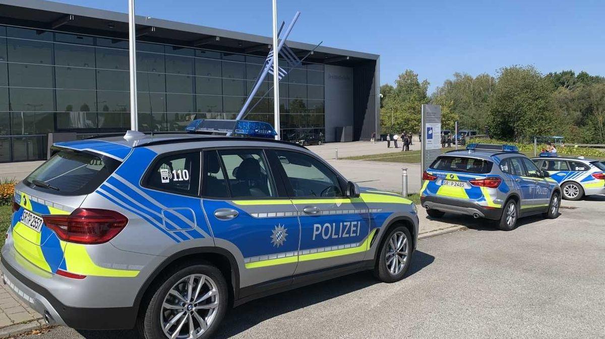 Ein Großaufgebot der Polizei sichert die Dreiländerhalle.