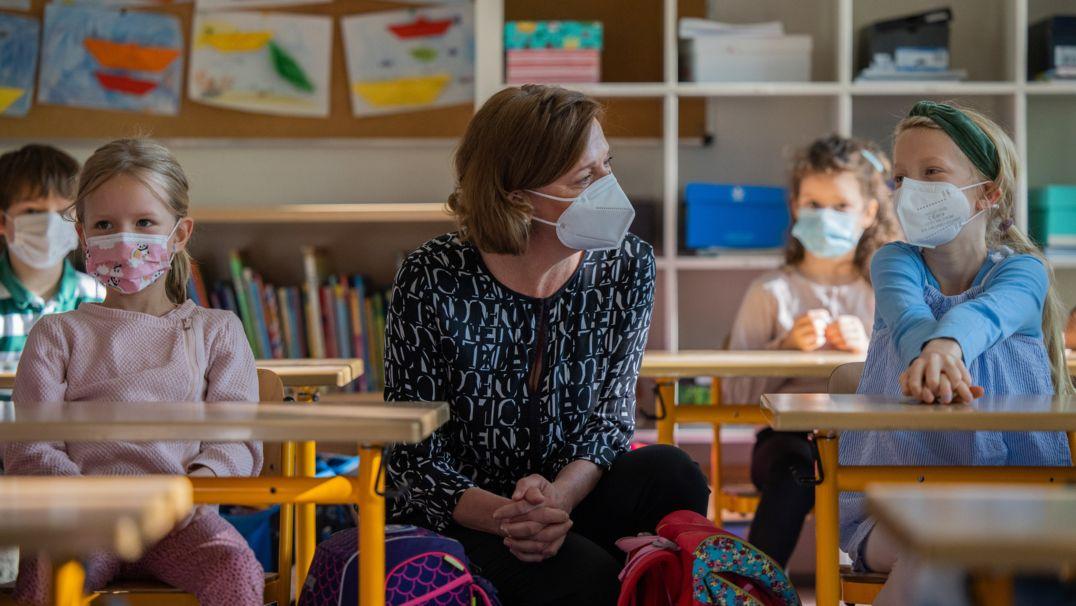 Grundschüler mit Lehrerin im Klassenzimmer