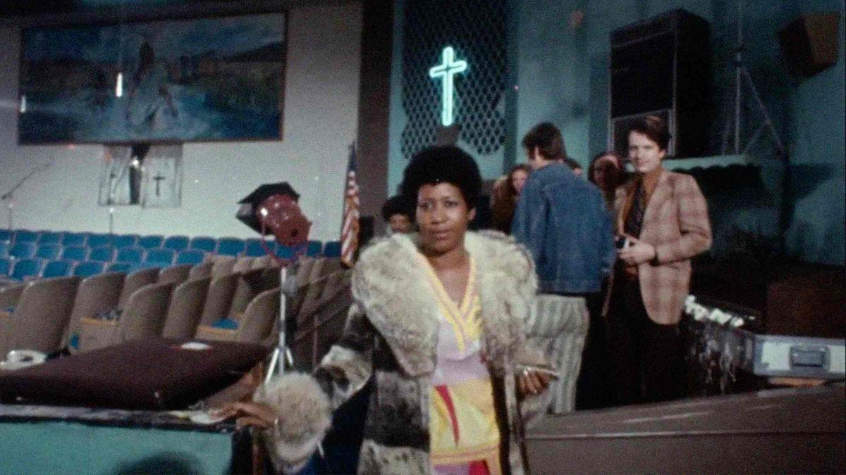 Aretha Franklin steht vor dem Konzert mit einigen anderen in der Kirche