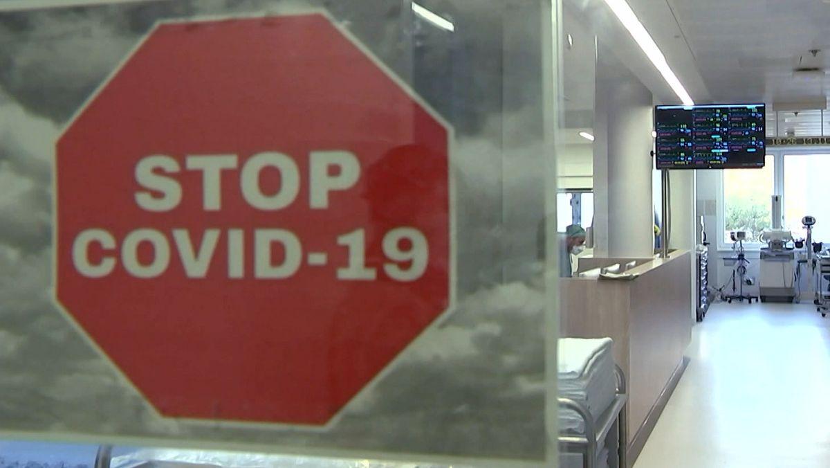 In einem Krankenhaus: Auf einer Scheibe steht: Stopp Covid-19 (Symbolbild)