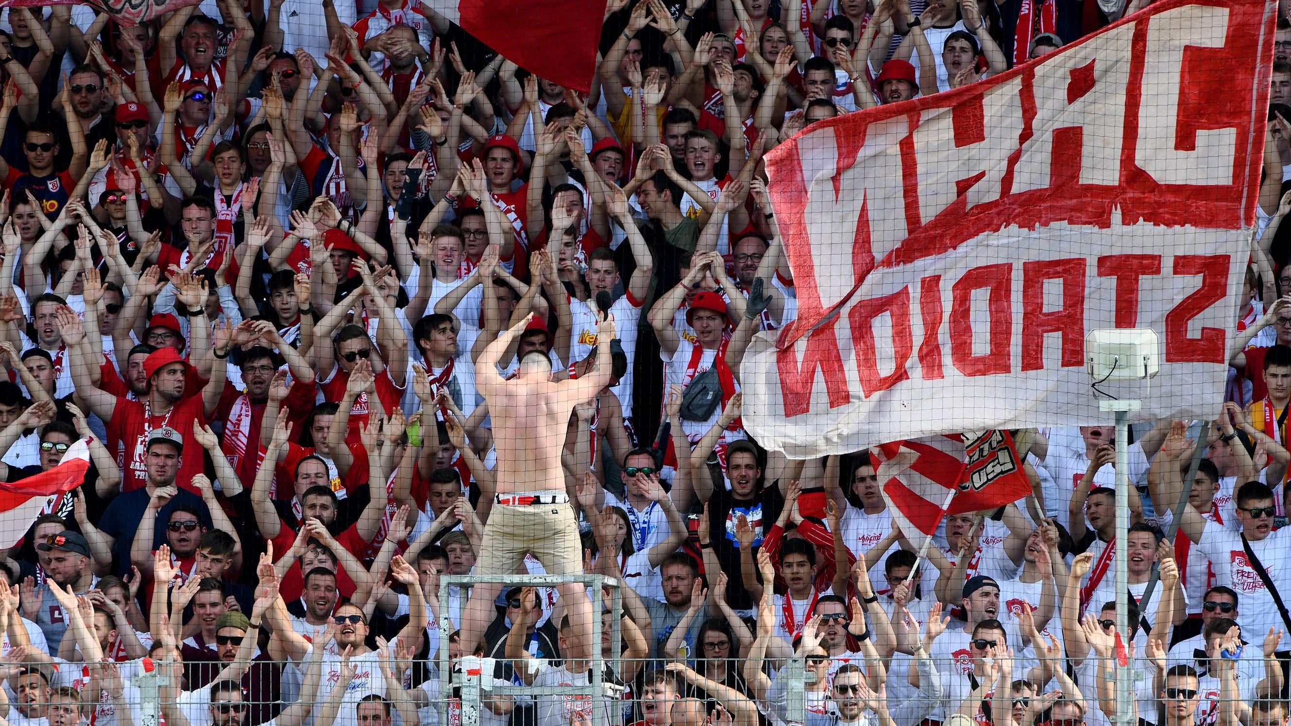 Fans des SSV Jahn Regensburg feuern ihre Mannschaft an