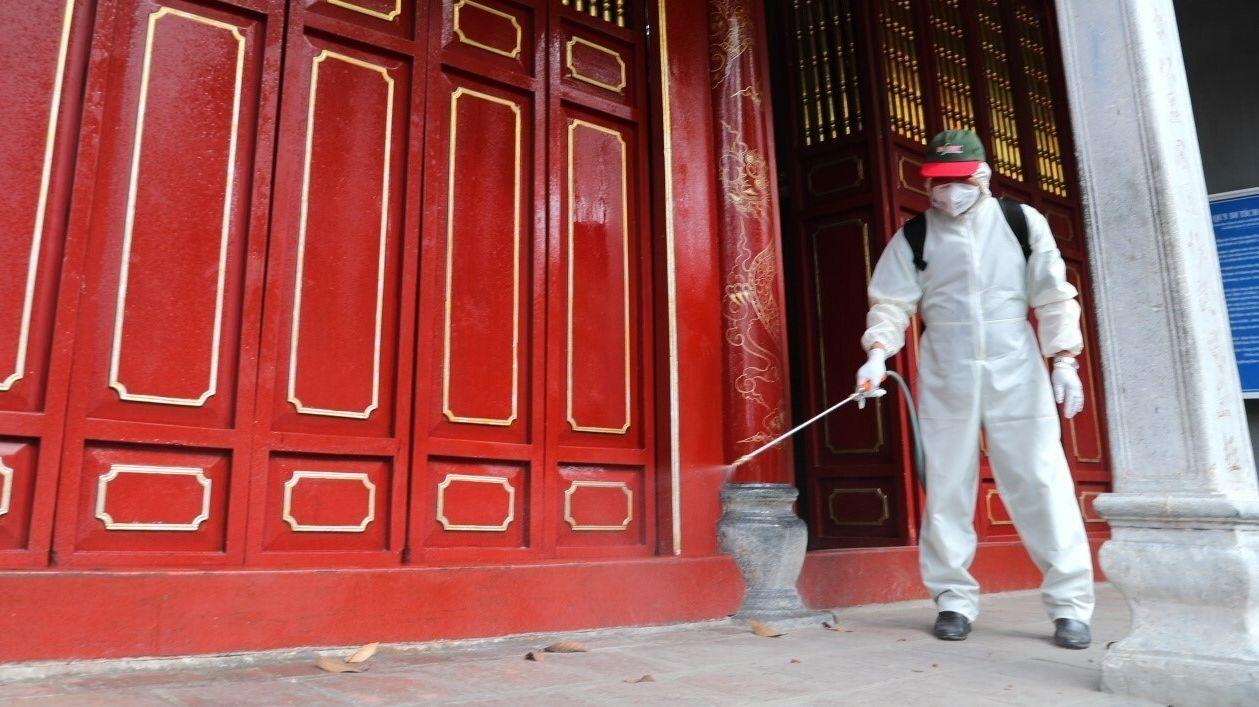 Desinfektionsarbeiten an einer Sehenswürdigkeit in Hanoi, Vietnam