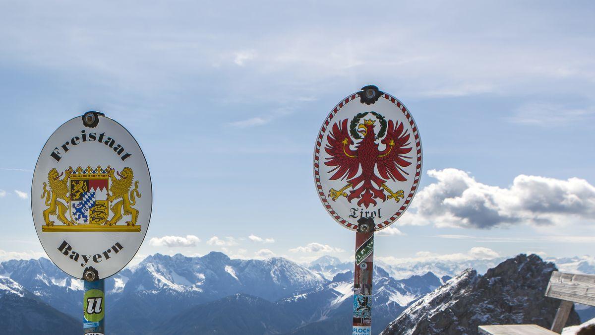 Grenzschilder auf der Grenze zwischen Deutschland und Österreich (Tirol) auf einem Grat im Karwendelgebirge in der Nähe der Bergstation der Karwendelbahn.
