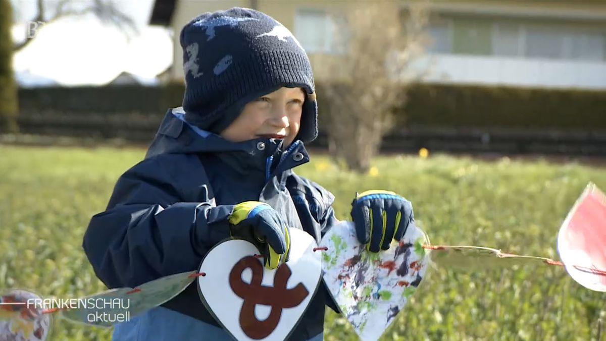 Mit einer Kette aus Herzen, wie sie der sechs Jahre alte Caleb Ray Jakob zeigt, will Fontanherzen e.V. auf herzkranke Kinder aufmerksam machen.