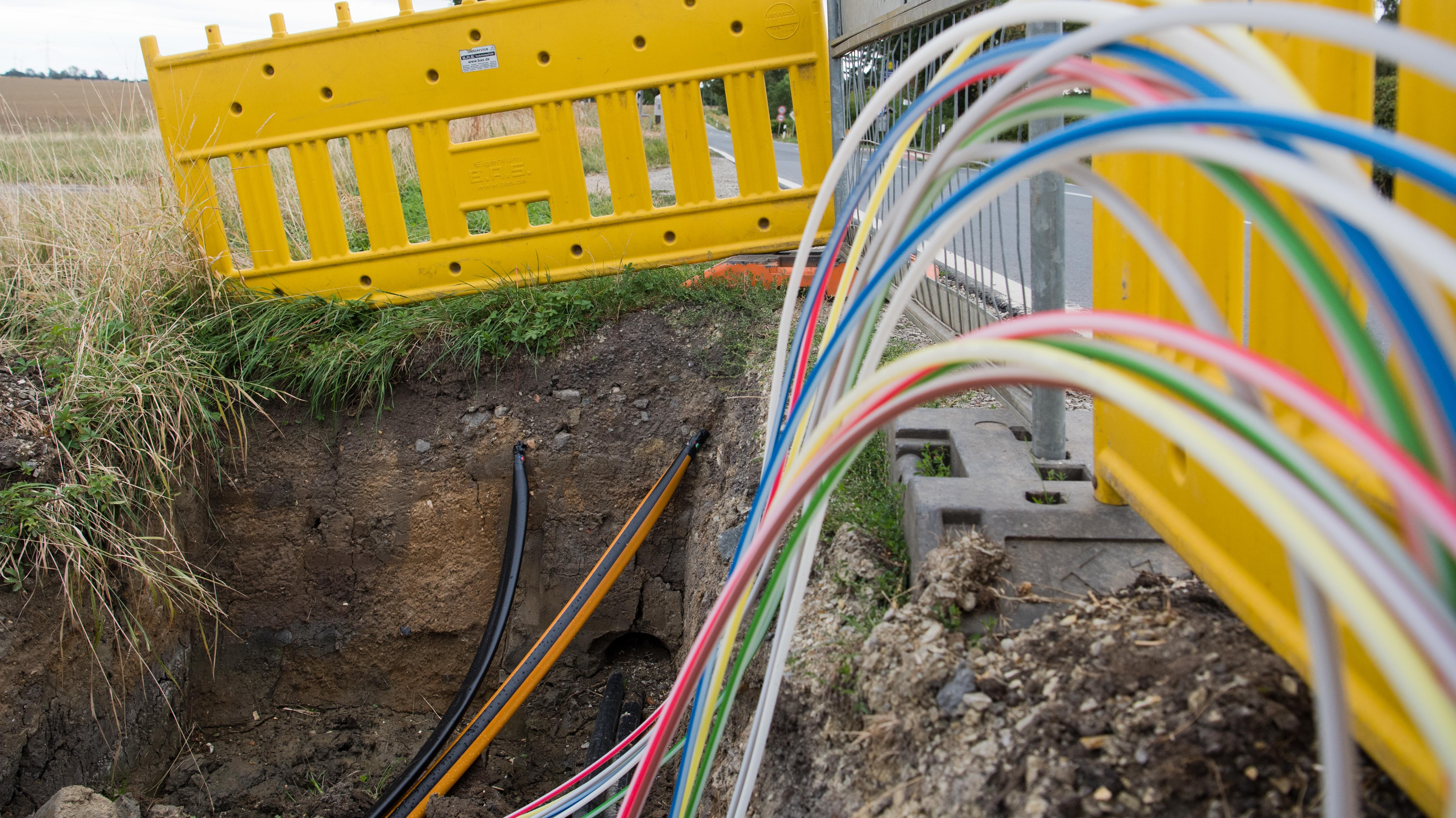 Baustelle zur Verlegung von Glasfaserkabeln für schnelleres Internet