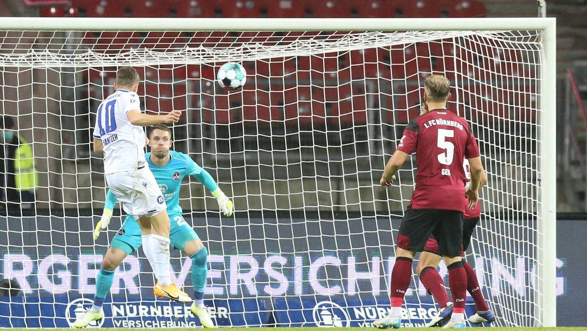 Karlsruhes Wanitzek (links) köpft den 1:1-Ausgleich
