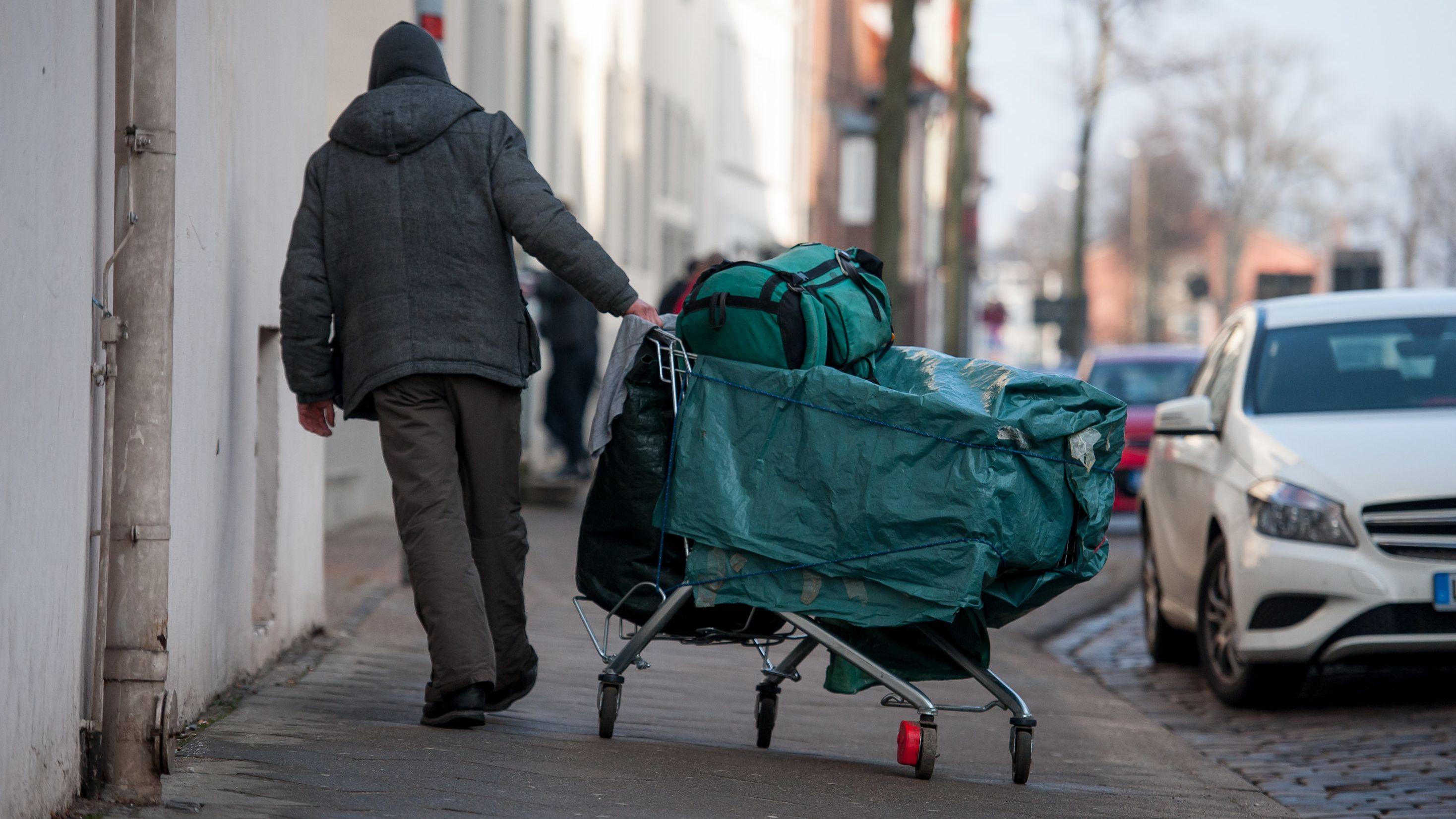 Ein Wohnungsloser zieht seine Habe in einem Einkaufswagen mit sich herum (Symbolbild)