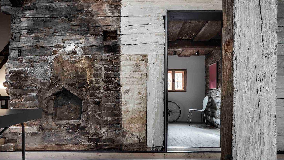 Innenansicht eines restaurierten Holzblockhauses - mit Unterstützung des Bayerischen Landesamt für Denkmalpflege