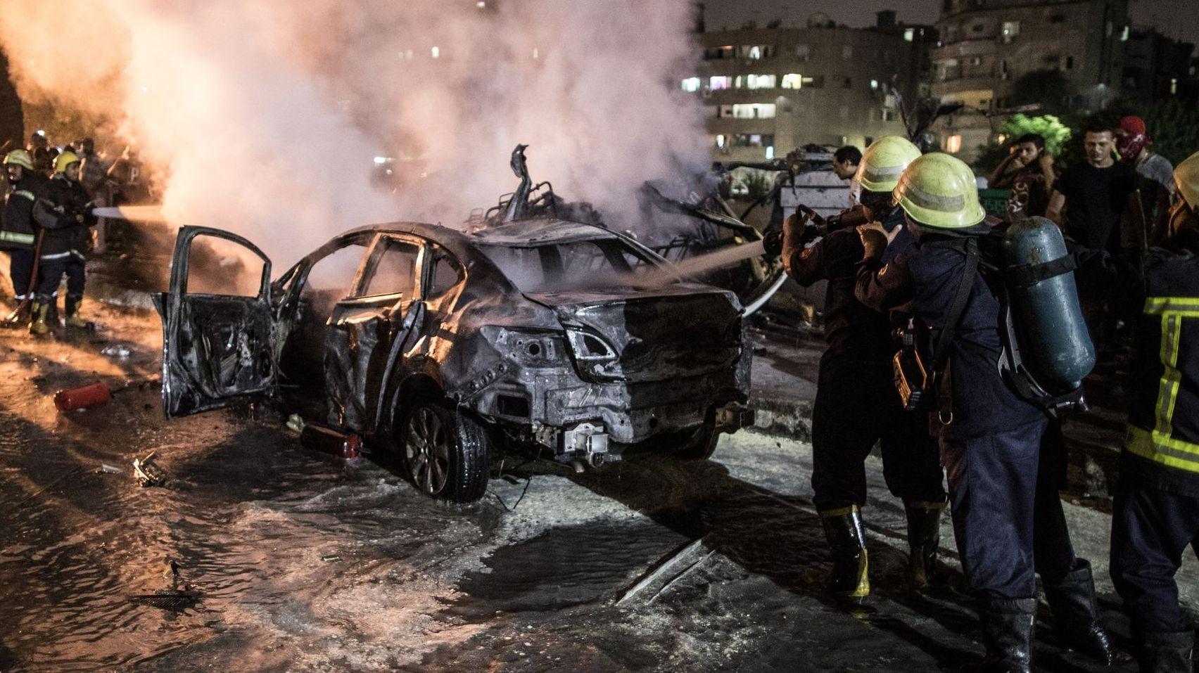 Kairo: Feuerwehrmänner löschen ein brennendes Auto nach einer Explosion in der Nähe des Krebsforschungsinstituts.