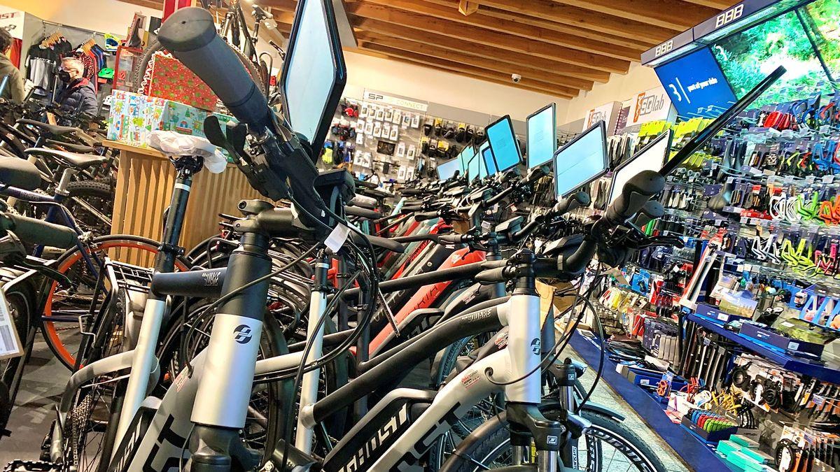 E-Bikes in einem Fahrradgeschäft