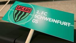 Schild mit dem Wappen und dem Schriftzug des 1. FC Schweinfurt 05 | Bild:picture-alliance/dpa