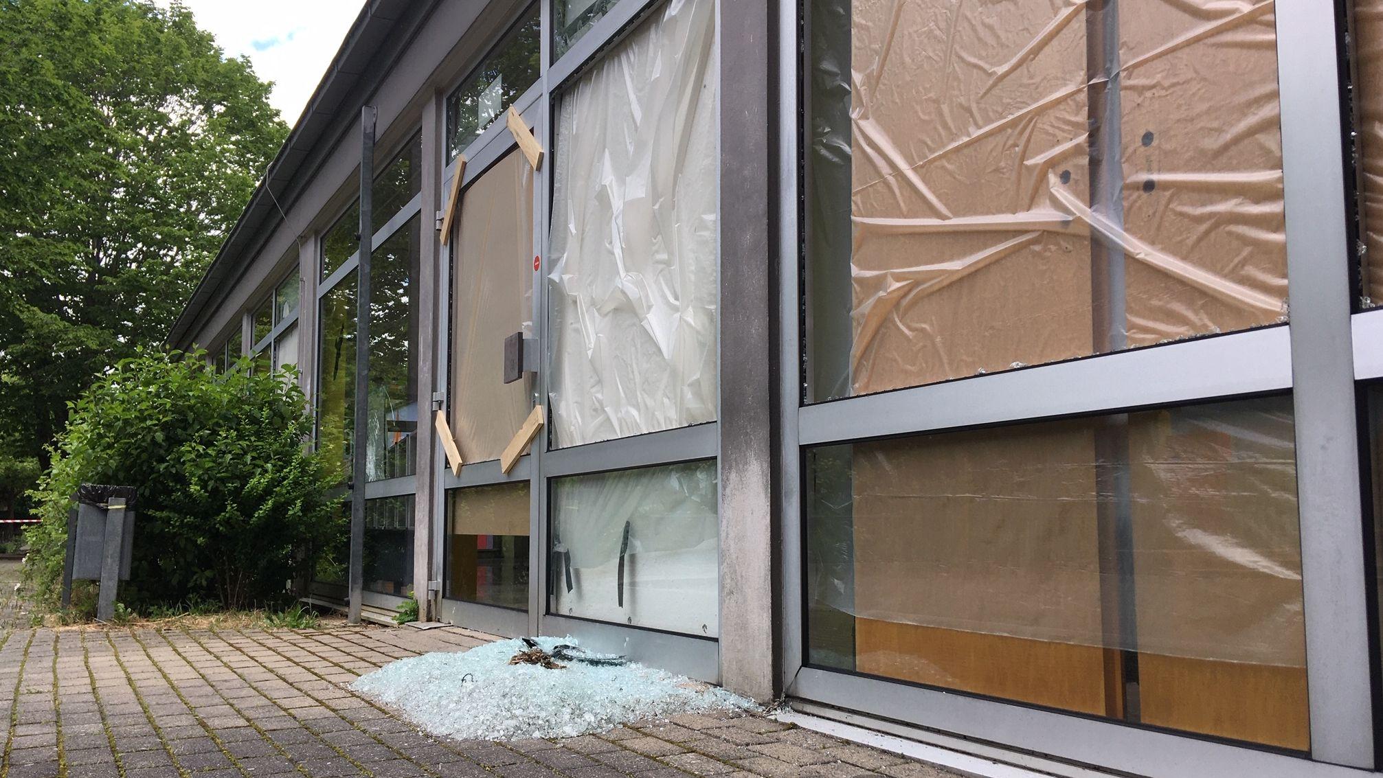 Eingeworfene Scheibe im Eingangsbereich der Grund- und Mittelschule Margetshöchheim
