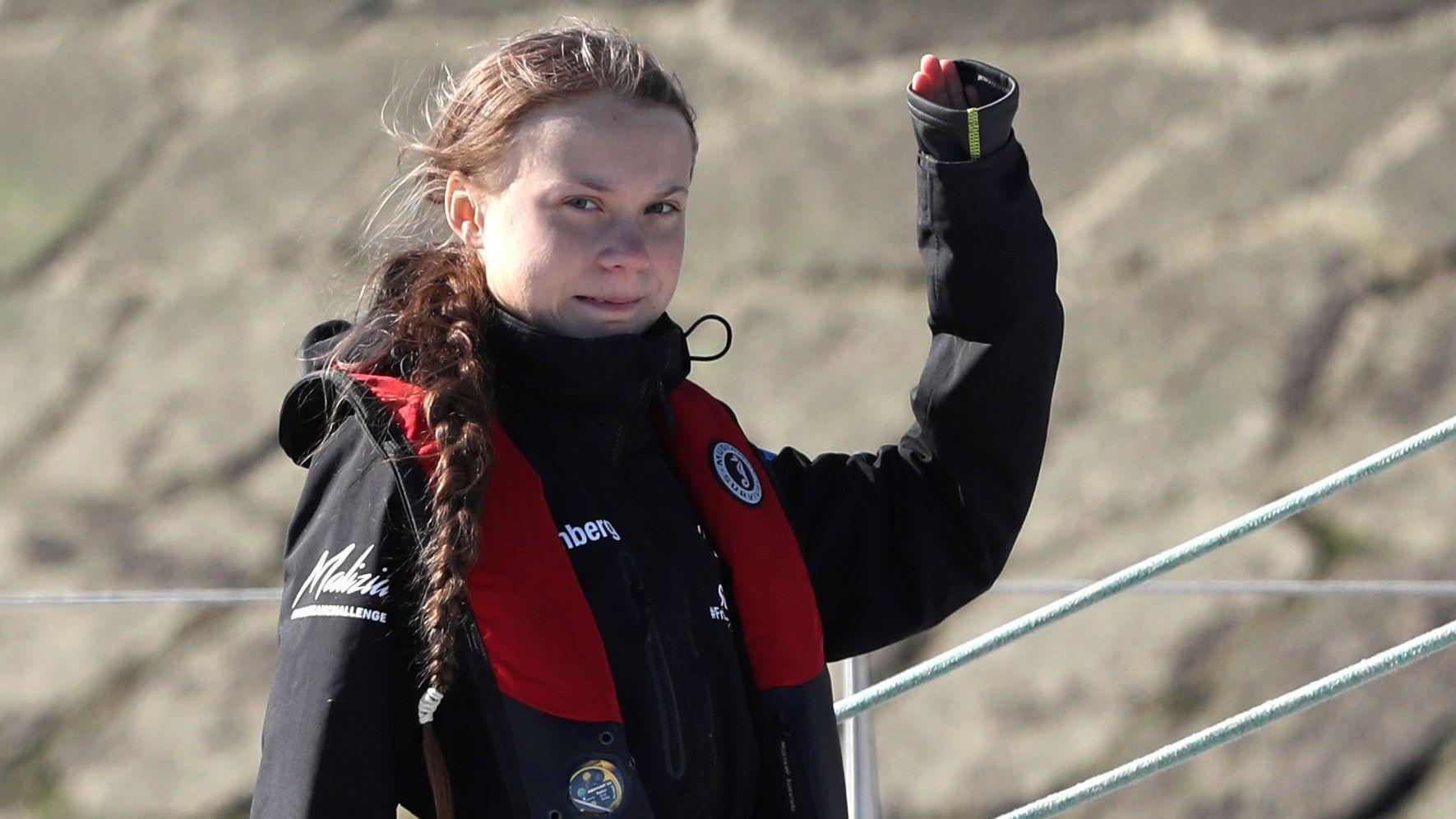 Greta Thunberg, Klimaaktivistin aus Schweden, winkt bei der Einfahrt in den Hafen.