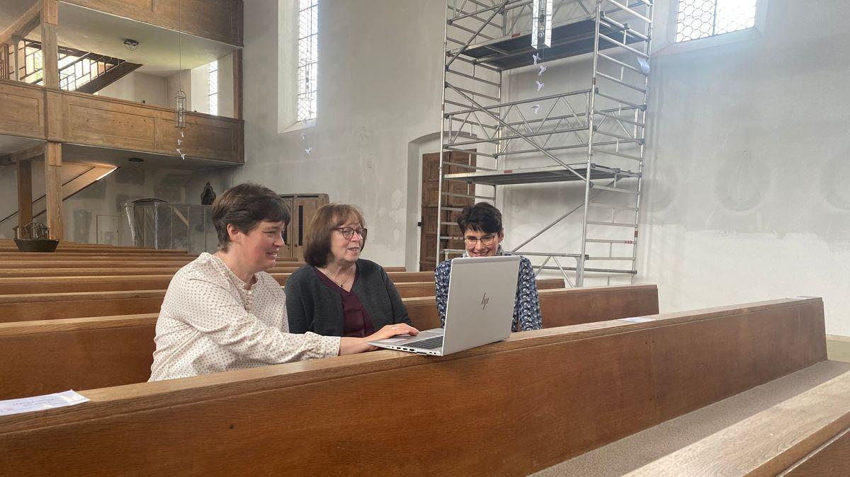 Birgitt Schiebel und ihre Kolleginnen schauen sich ihre gestaltete Website an.