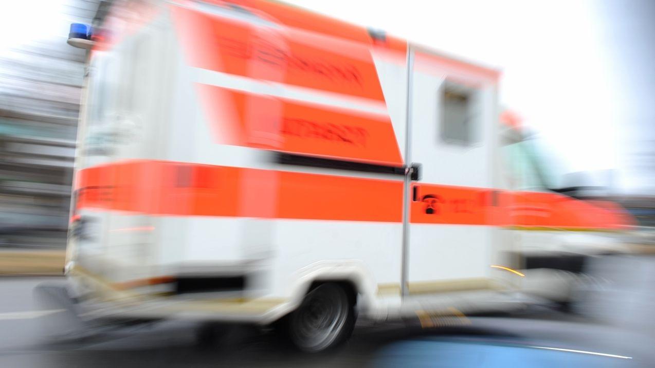 Symbolbild Fahrender Krankenwagen