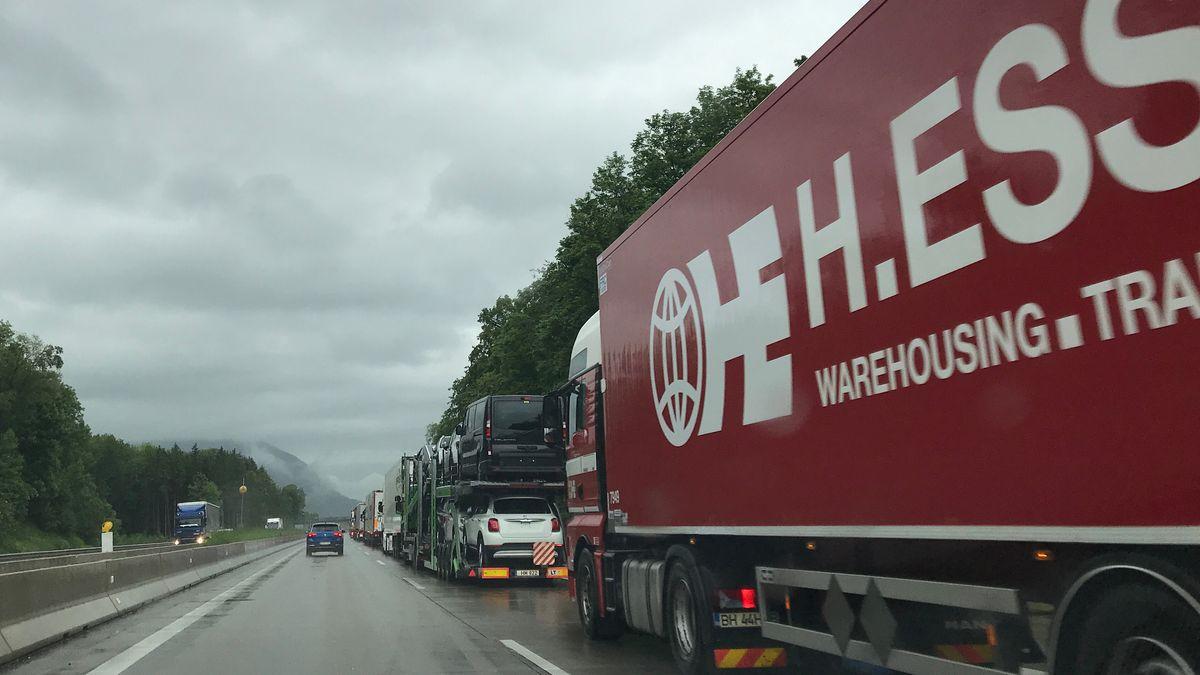 LKW-Stau bei Blockabfertigung am Grenzübergang zu Österreich