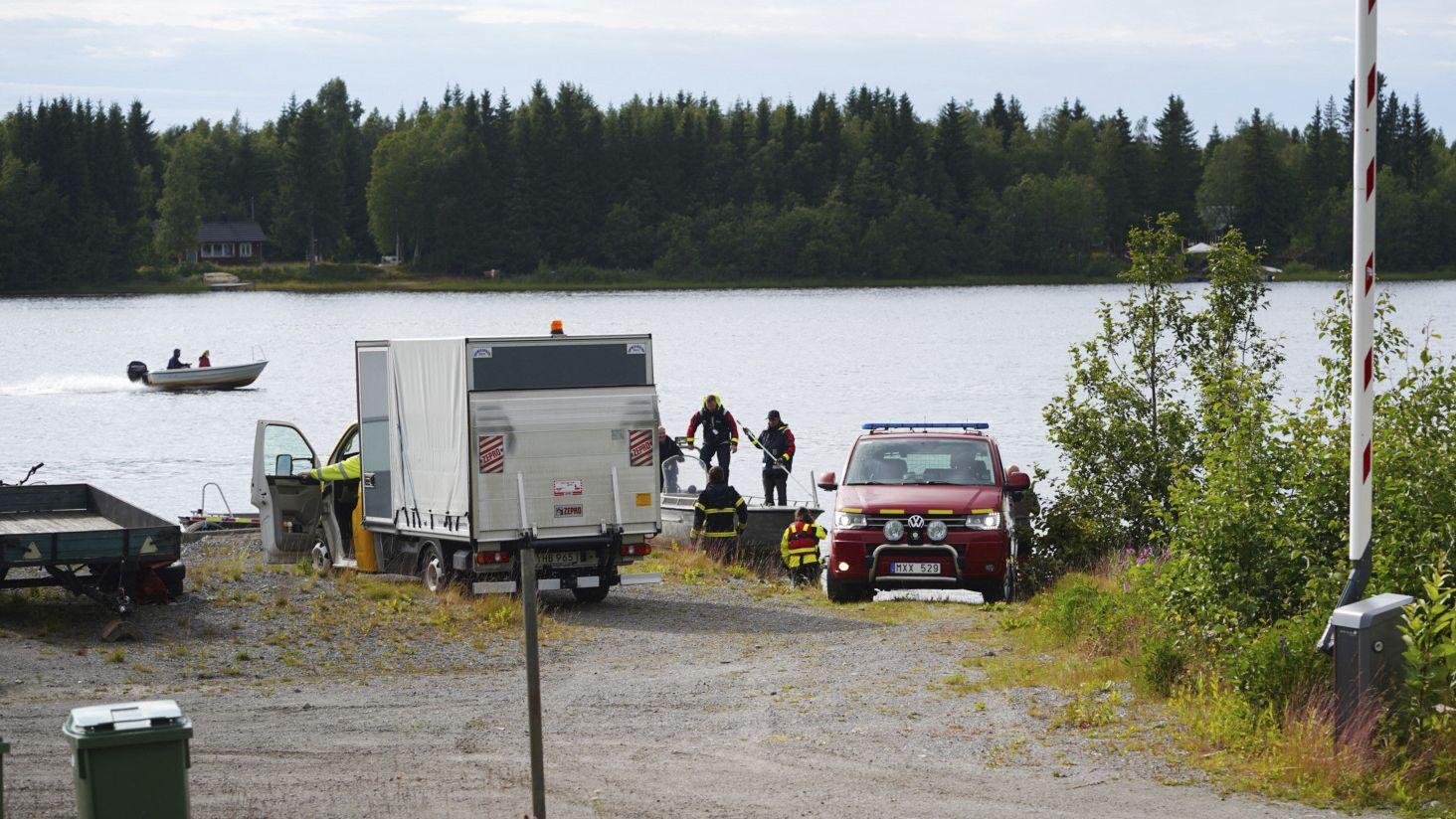 Schweden, Umea: Einsatzkräfte arbeiten nach dem Absturz eines Kleinflugzeugs an der Unfallstelle.