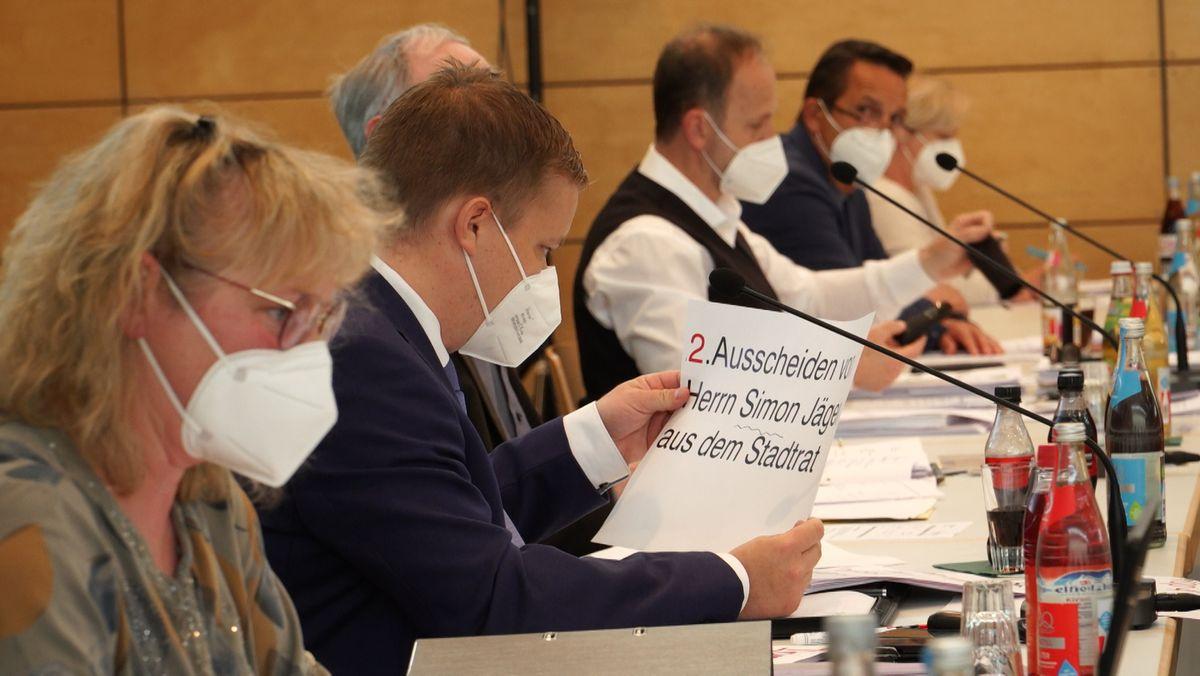 Mit groß-bedruckten Blättern hilft sich Burglengenfelds plötzlich sehbehinderter Bürgermeister in den Stadtratssitzungen.