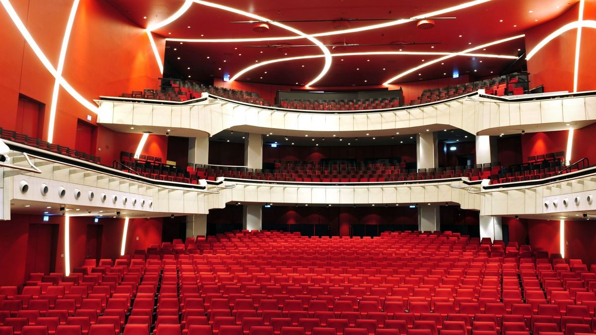 Blick in den leeren Zuschauerraum des Deutschen Theaters München.