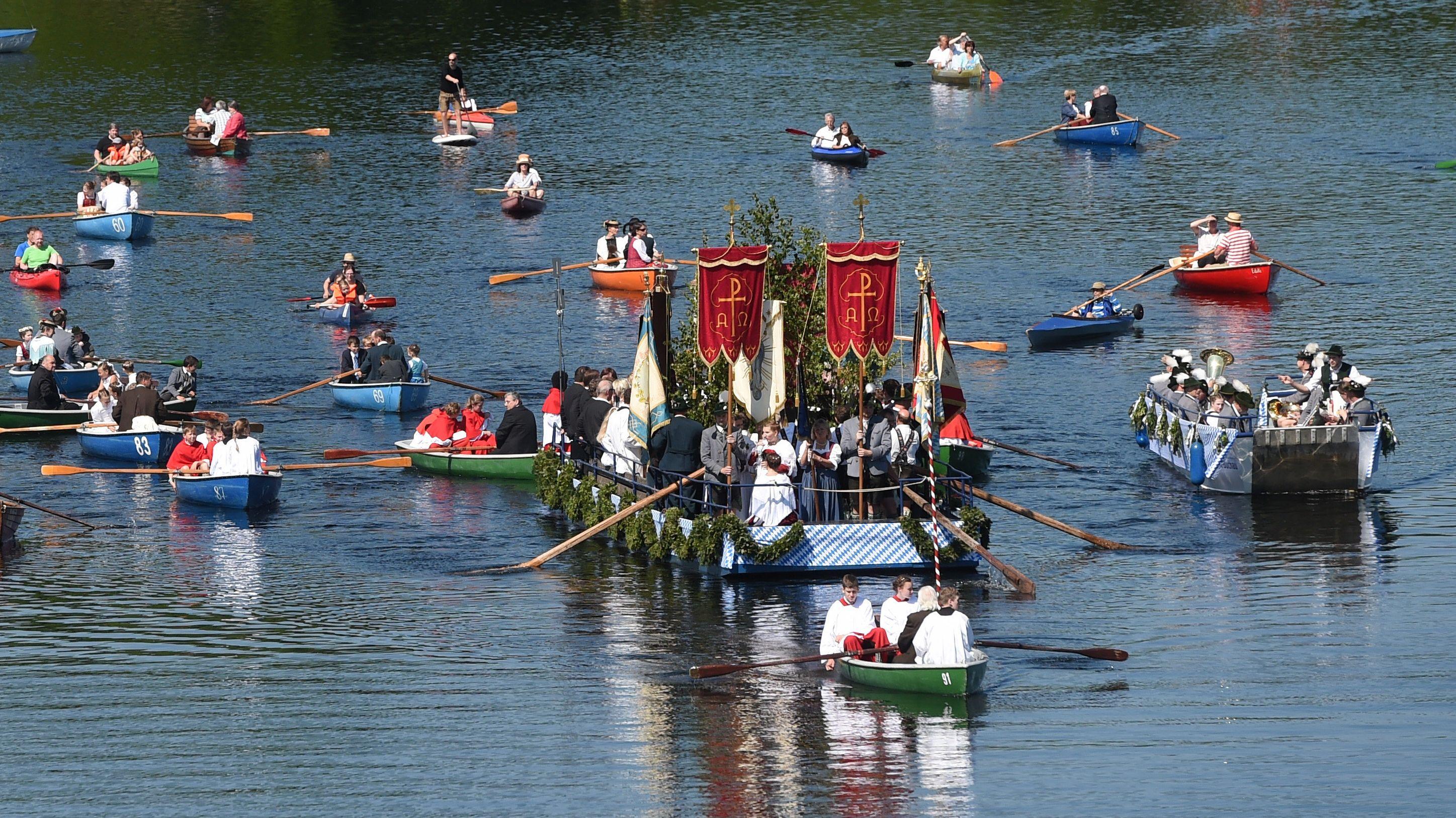 Boote mit Teilnehmern einer Fronleichnams-Prozession fahren über den Staffelsee bei Seehausen.