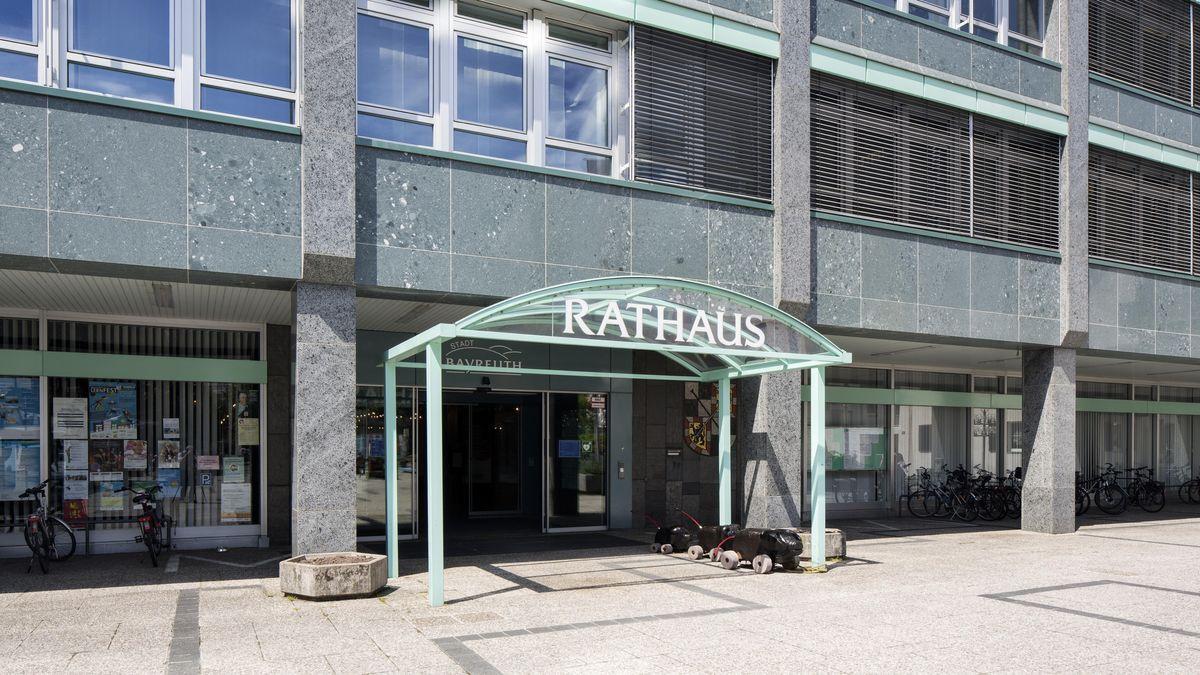 Der Eingang am Rathaus in Bayreuth