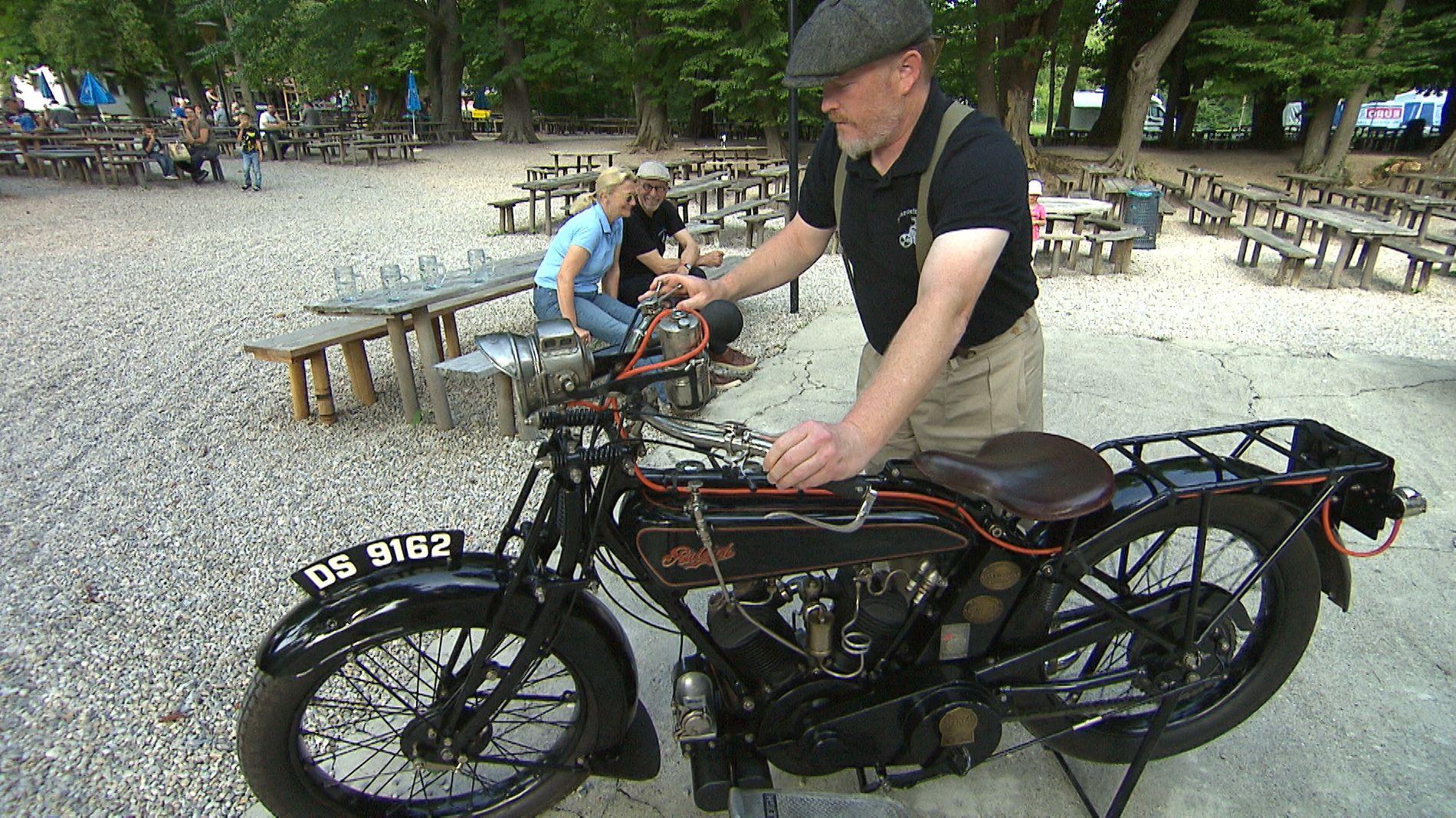 Ein Oldtimer-Motorrad