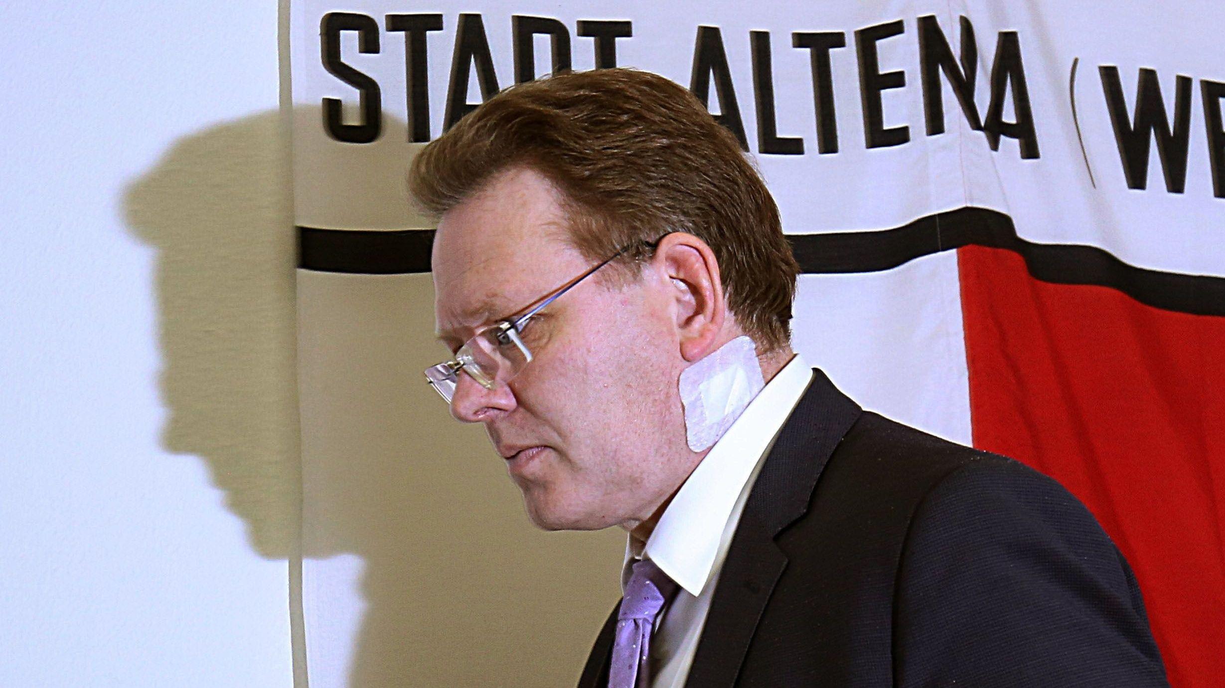 Der Bürgermeister von Altena, Andreas Hollstein (CDU) nach dem Messerangriff